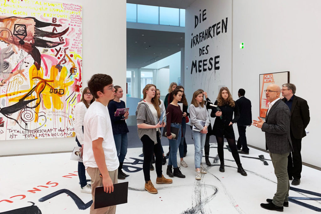 Schülergruppe bei Führung durch die Pinakothek der Moderne