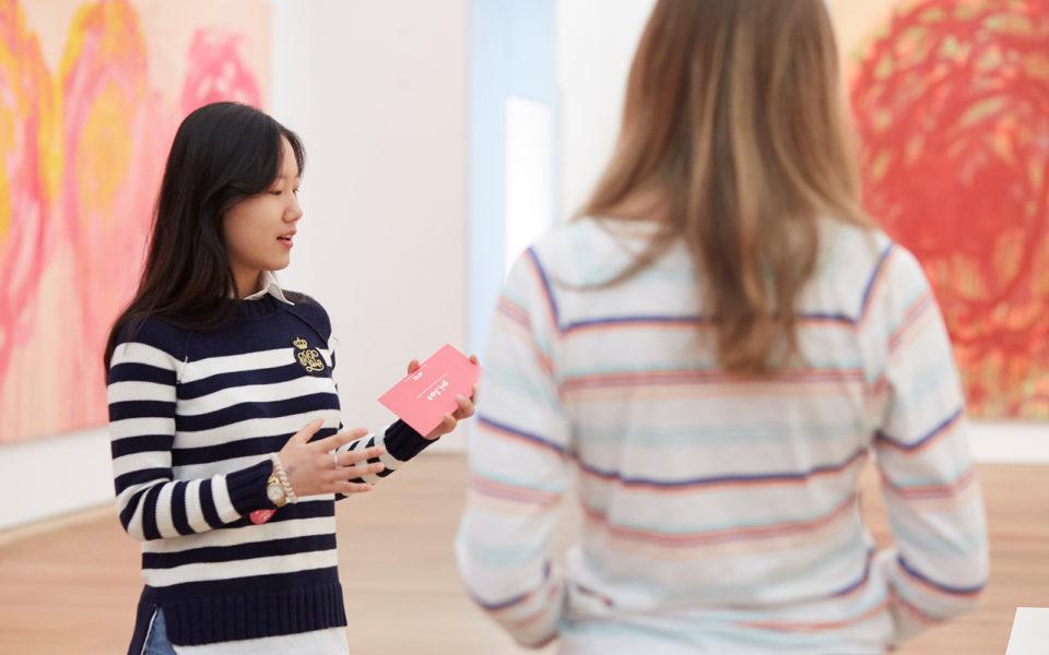 Eine Schülerin macht eine Museumsführung