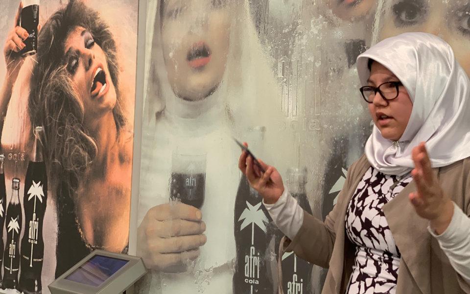 Eine Jugendliche stellt ein Design-Objekt in der Pinakothek der Moderne vor