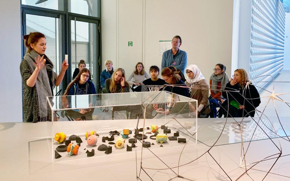 Schülergruppe in der Design-Ausstellung der Pinakothek der Moderne