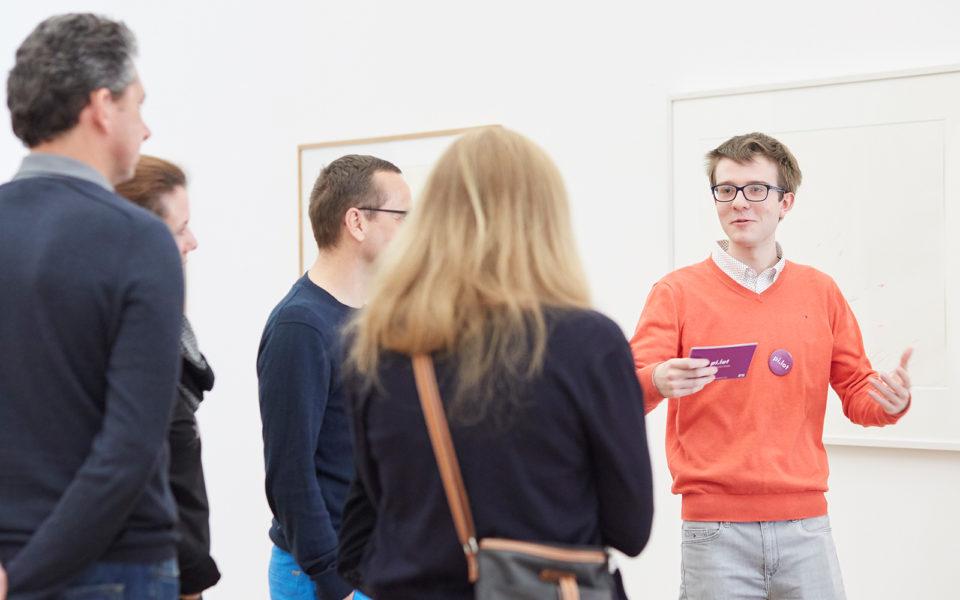 Ein Schüler erklärt Erwachsenen die Kunst im Museum Brandhorst